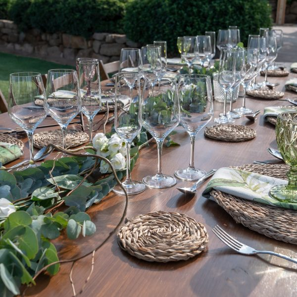 mesas con copas verdes