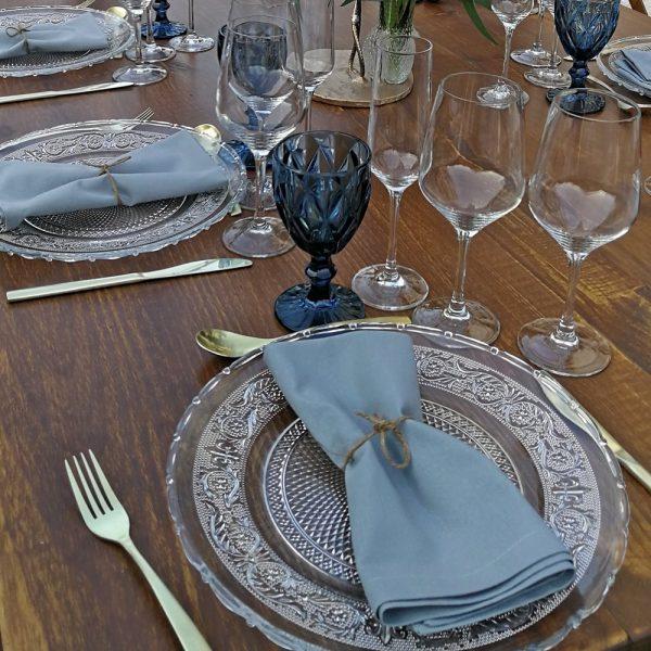 Plato romance , copa azul, cubiertos champan