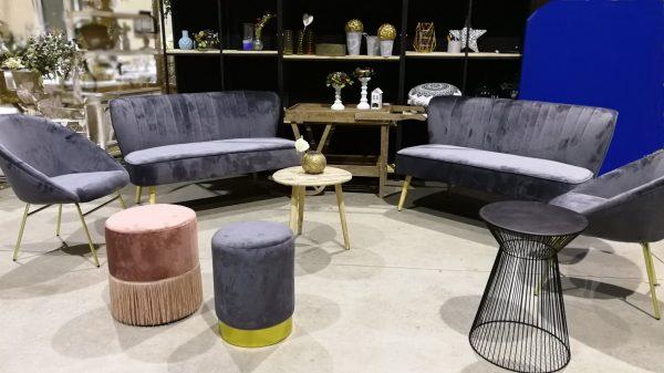 sofá de terciopelo gris